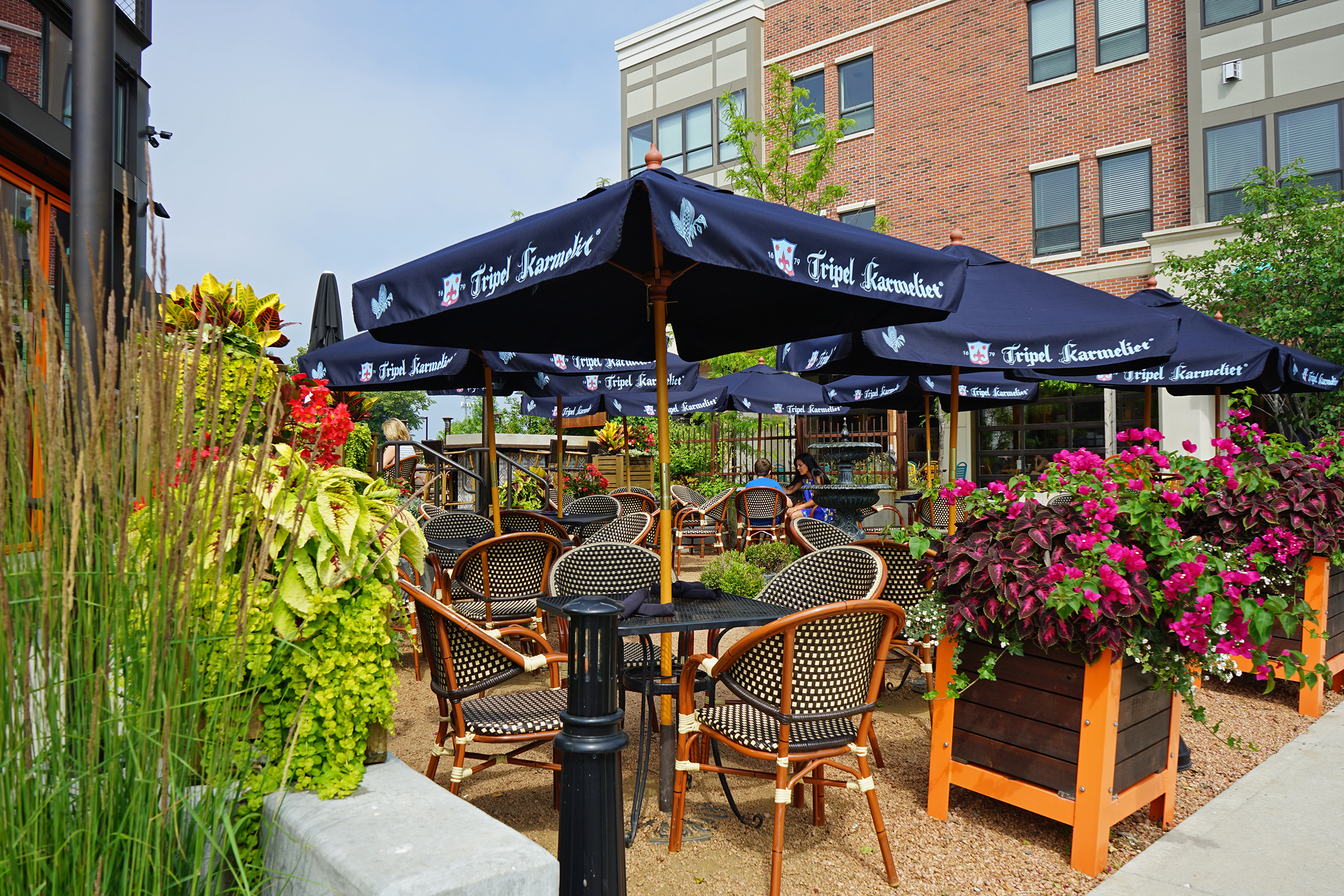 planters-outdoor-dining
